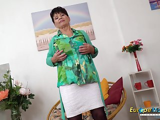 Hot mature lady is making pleasure regarding her nasty fingers with respect to her pussy