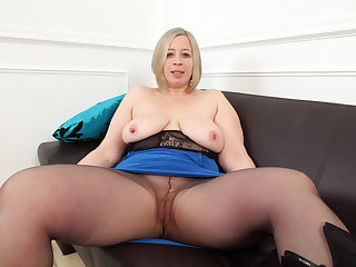 English BBW milf Alert Star toys her fuckable fanny