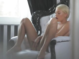 A hot blonde is tweaking her cunt broken up yon her hands really well