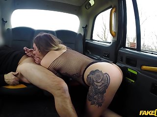 Tattooed babe loves the taste of dick on the back seat